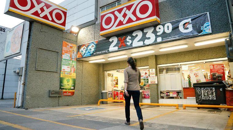 MUJER CAMINANDO FRENTE AL OXXO