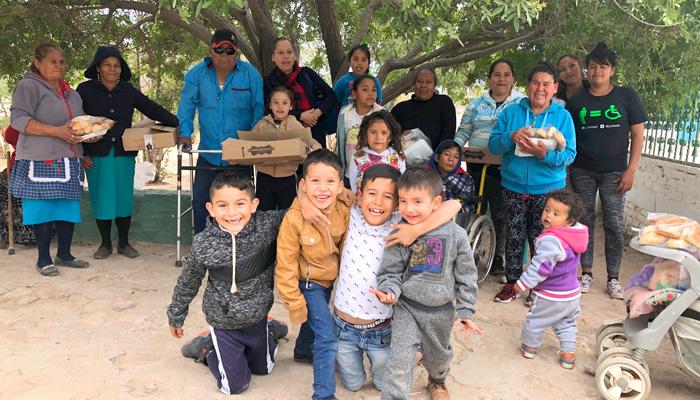 Niños, jóvenes y adultos de una comunidad de muy escasos recursos