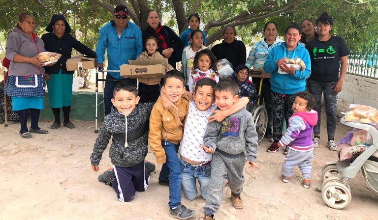 Niños y niñas de La Pila con sus familias