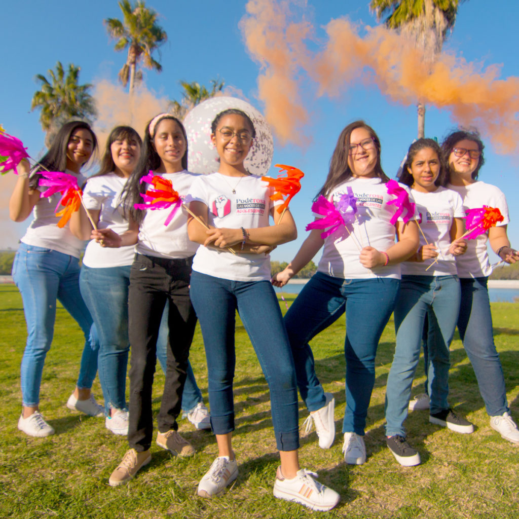 Grupo de 7 jóvenes mujeres poderosas.